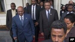 23일 에티오피아 수도 아디스 아바바에서 열린 협상에 참석한 오마르 알 바시르 수단 대통령(왼쪽)과 아프리카연합 중재자들.