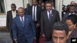 Perdana Menteri Etiopia Hailemariam Desalegn (tengah-kanan), mendampingi Presiden Sudan Omar al-Bashir (tengah-kiri), seusai pembahasan terkait sengketa Sudan-Sudan Selatan di Addis Ababa, Ethiopia (23/9/2012).
