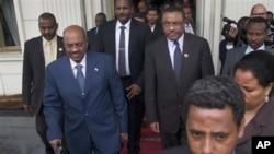 Perdana Menteri Etiopia Hailemariam Desalegn, tengah-kanan, berjalan berdampingan dengan Presiden Sudan Omar al-Bashir, tengah-kiri, setelah mereka membahas sengketa antara Sudan dan Sudan Selatan di Addis Ababa, Etiopia (foto, 23/9/2012).