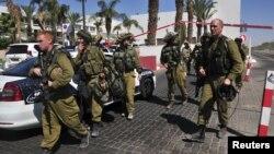 Tentara Israel berjaga di sekitar sebuah hotel di kota wisata tepi laut Merah, Eilat (5/10). Polisi Israel menembak mati seorang warga AS, yang sebelumnya telah menewaskan seorang karyawan hotel di lokasi tersebut.