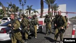 Իսրայելի զինծառայողները՝ Կարմիր Ծովի ափին գնտվող Էյլաթ հանգստավայրի հյուրանոցներից մեկում տեղի ունեցած հանցագործության վայրում