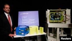 El vicepresidente de Boeing, Mike Sinnett, presenta en Tokio el nuevo diseño de las bateías para el Dreamliner.