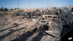 자료사진. 지난 2011년 10월 가다피 친위부대 군 호송차량이 시르테에서 불길에 휩싸인 뒤 잔해만 남았다.