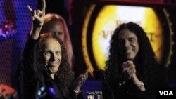 Ronnie James Dio, recibió el premio a Mejor vocalista del año en Los Ángeles en el pasado mes de abril.