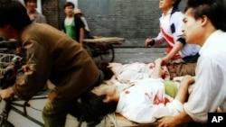 资料照:军队在北京对示威者开枪后,人们用三轮车把受伤的人送往附近医院。(1989年6月4日)