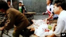 Quảng trường Thiên An Môn năm 1989: Người đạp xe kéo cùng người bên đường đưa người bị thương đi bệnh viện sau khi quân đội Trung Quốc đàn áp.