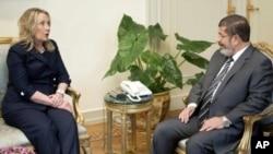 Hillary Clinton y el presidente Morsi en el palacio presidencial en El Cairo.