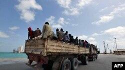 Xe tải chở những người nhập cư được IOM giúp đỡ