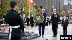 美國國務卿約翰克里28日在加拿大渥太華國家戰爭紀念碑獻花。
