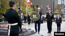 Ngoại trưởng Hoa Kỳ John Kerry đến đặt vòng hoa tại Đài tưởng niệm chiến tranh ở Ottawa, Canada, 28/10/14