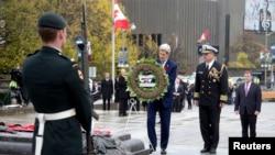 Menteri Luar Negeri AS John Kerry pada Selasa (28/10) meletakkan karangan bunga di Tugu Peringatan Perang Nasional Kanada di Ottawa (28/10). (Reuters/Carolyn Kaster)