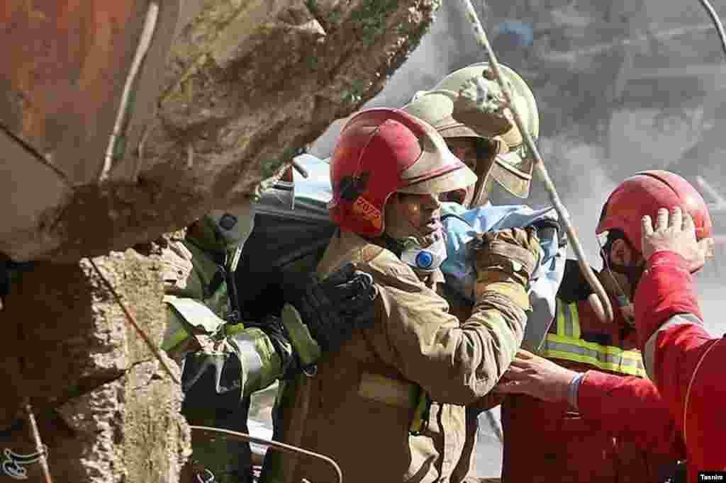 یافتن پیکر آتش نشانان در روز هشتم حادثه پلاسکو عکس: حامد ملکپور