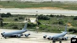 យន្ដហោះចាក់ប្រេងឥន្ធន:របស់កងទ័ពអាកាសស.រ.អ.ធុន KC-135R នៅមូលដ្ឋានយោធា នៅឆកសមុទ្រ Souda កោះCrete នៃប្រទេស Greek ។