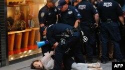 纽约人抗议川普对夏洛茨维尔暴力的最新评论