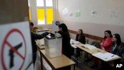 Cử tri Kosovo đi bỏ phiếu tại một địa điểm bầu cử ở Mitrovica, ngày 3/11/2013.