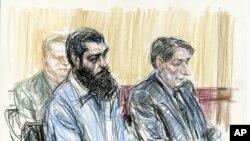 Dalam ilustrasi di pengadilan, Abid Naseer (kiri) bersama pengacaranya dalam sidang di pengadilan federal Brooklyn, New York (4/3). (AP/Victor Juhasz)