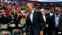 En esta foto de archivo, el presidente Barack Obama entra al United Center, para un ver un juego de básquetbol entre los Cleveland Cavaliers y los Chicago Bulls, en Chicago. 27 de Oct. 2015.