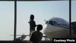Seorang anak tengah memperhatikan pesawat terbang di bandara internasional Antalya, Turki (Foto: dok). Seorang pejabat Turki mengatakan, pihak berwenang mulai mendeportasi ke Inggris, sembilan warga Inggris yang ditangkap sewaktu mencoba menyeberang ke Suriah.