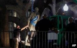 21일 텍사스 대학교 관계자들이 남부연합 지도자 로버트 리 장군 동상을 철거하고 있다.