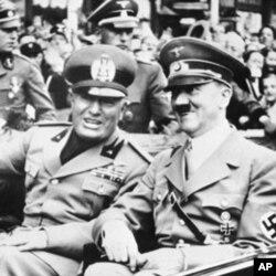1938年时的墨索里尼(左)和希特勒
