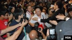 普選論壇進行期間,有愛港力支持者(頭戴黑帽女士)與攝影記者發生爭執