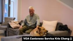 韋安仕(Steve Vines)與他從香港帶來英國的唐狗(美國之音/鄭樂捷)