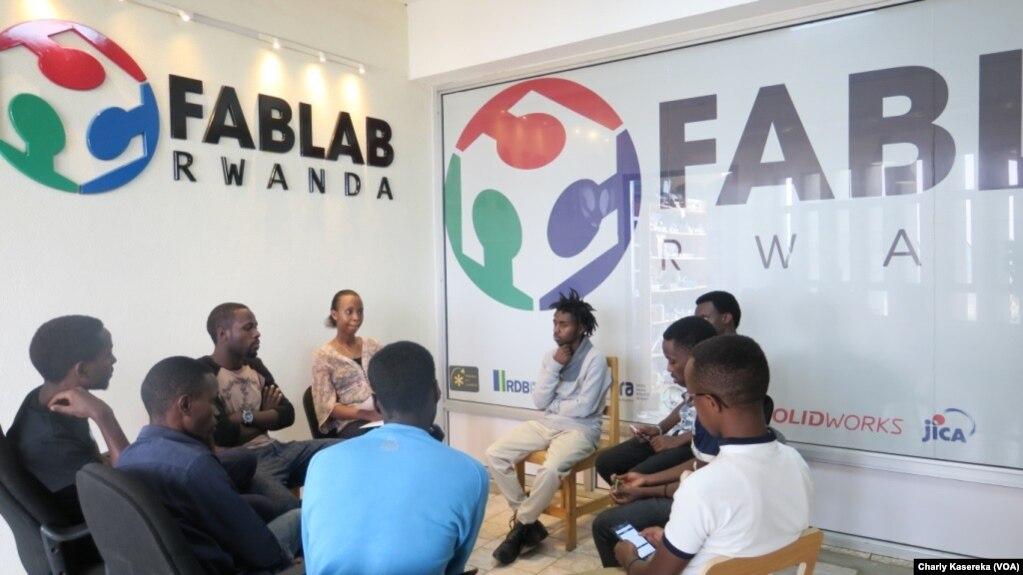 Au Fablab (laboratoire de fabrication), des jeunes entrepreneurs utilisent l'internet et imprimantes 3D pour leurs projets, à Kigali, Rwanda, le 8 août 2017. (VOA/Charly Kasereka)