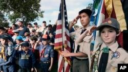 Kikundi cha Boy Scouts na Cub Scouts wakitoa heshima zao katika sherehe zao huko Los Angeles katika eneo la makaburi ya taifa National Cemetery, Los Angeles, Mei 26, 2018.