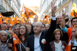 포르투갈 제1야당인 사회민주당의 루이 리우(가운데) 대표가 지난 4일 총선 유세 현장에서 승리를 다짐하고 있다.