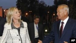AQSh Davlat kotibasi Xillari Klinton O'zbekiston rahbari Islom Karimov bilan, Toshkent, 22-oktabr, 2011-yil.