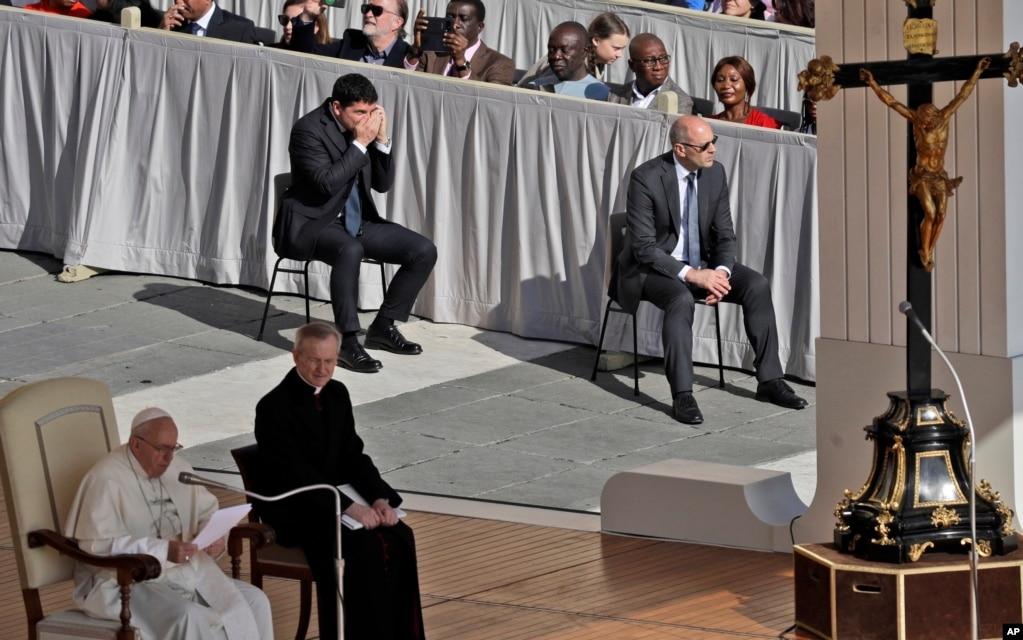 Шведская подростковая активистка окружающей среды Грета Тунберг, центральная вершина, пытается добраться до своего места, когда Папа Франциск произносит свое послание во время своей еженедельной общей аудитории на площади Святого Петра в Ватикане.
