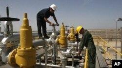Nhân viên Iran làm việc tại cơ sở lọc dầu Azadegan, gần Ahvaz