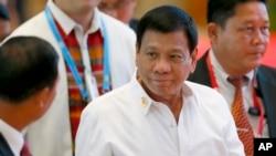 Presiden Filipina Rodrigo Duterte tiba di lokasi pertemuan bilateral yang dijadwalkan di sela-sela pertemuan dengan para pemimpin ASEAN, di National Convention Center, Vientiane, Laos, 6 September 2016. (AP Photo/Bullit Marquez).