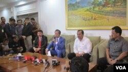 Kepala BIN Sutiyoso dan Jaksa Agung HM Prasetyo di VVIP Room bandara Halim Perdanakusuma Jakarta, Kamis 21 April 2016 memberikan keterangan soal buron BLBI Samadikun Hartono. (VOA/Andylala).