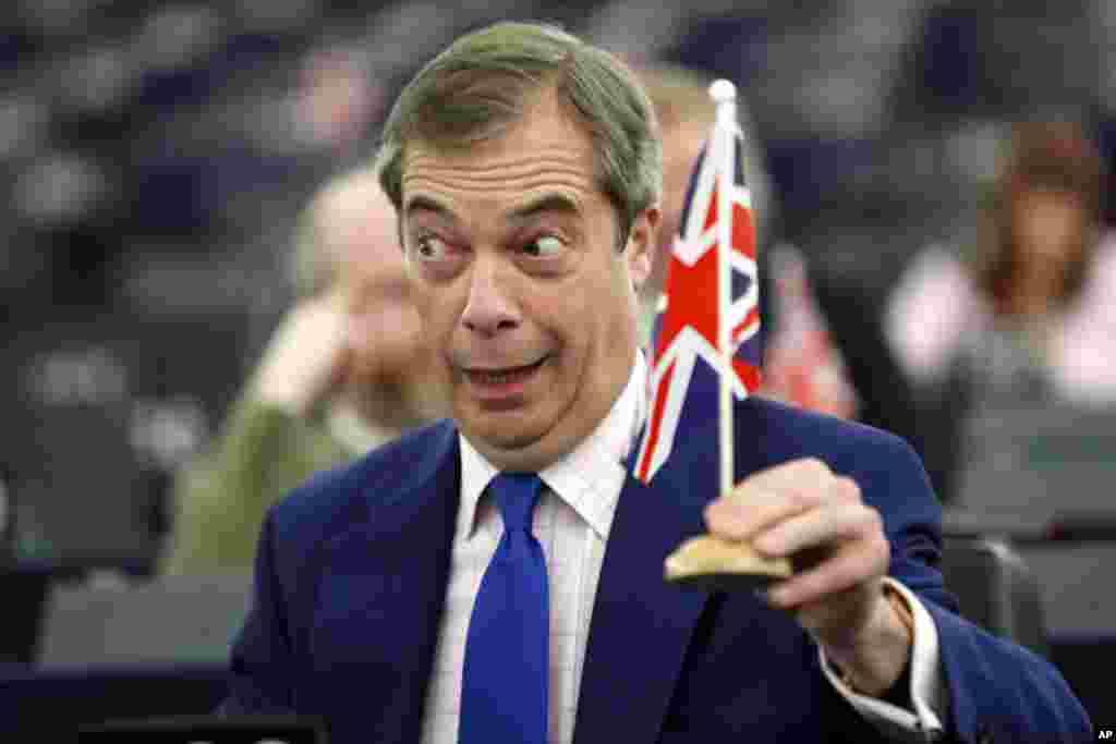 نایجل فریگ، رهبر سابق حزب استقلال در بریتانیا و عضو پارلمان اروپایی، در یک جلسه عمومی این پارلمان پرچم بریتانیا را بالا گرفته است.
