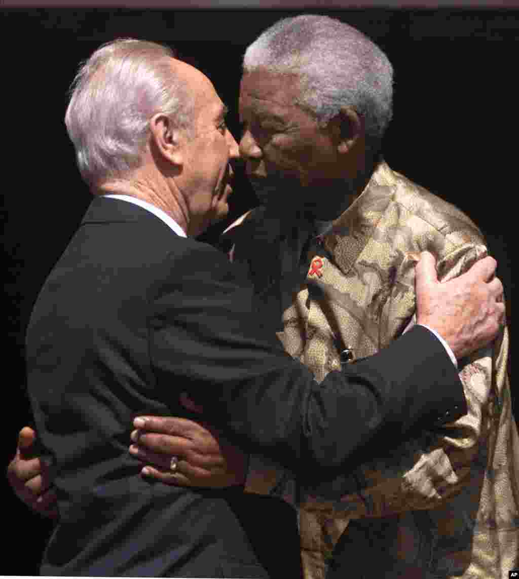 شیمون پرز و نلسون ماندلا.