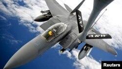 2012年9月10日美国空军F-15E攻击鹰式战斗轰炸机进行空中加油训练(资料图片)