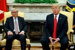 도널드 트럼프 미국 대통령(오른쪽)과 장 클로드 융커 유럽연합(EU) 집행위원장이 25일 백악관 집무실에서 만나 회담하고 있다.