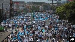 Estudiantes de la Universidad Nacional de Ciudad de Guatemala manifiestan pidiendo la renuncia del presidente Otto Pérez Molina
