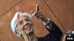 Menteri Keuangan Perancis Christine Lagarde menjawab pertanyaan media di Beijing (9/6).