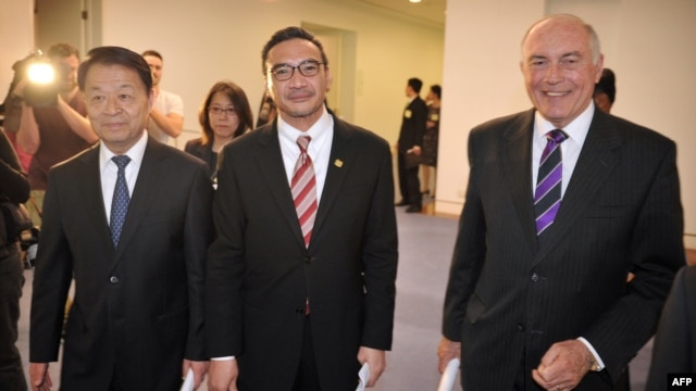 Chinese Transport Minister Yang Chuantang (L), Malaysia's Transport Minister Hishammuddin Hussein (C) and Australia's Transport Minister Warren Truss (R) discussed the missing Malaysia Airlines flight at Parliament House in Canberra, Australia, on May 5, 2014.