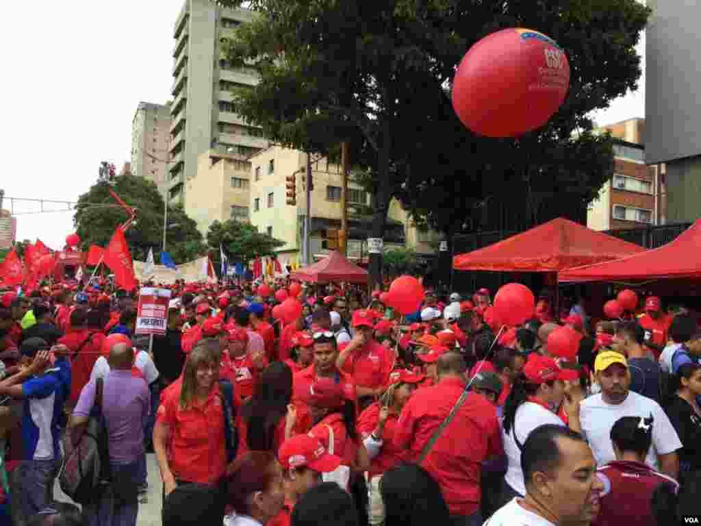 Con su tradicional color rojo los seguidores del chavismo marchan con el objetivo de mantener en el poder al actual presidente Nicolás Maduro. Foto: Álvaro Algarra/VOA