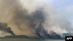 Дым от пожарищ на южнокорейском острове Ёнпхендо после артобстрела, произведенного Северной Кореей 23 ноября 2010г.