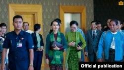 ေဒၚေအာင္ဆန္းစုၾကည္ တရုတ္ျပည္သူ႔သမၼတႏိုင္ငံသို႔ အလုပ္သေဘာခ်စ္ၾကည္ေရး ခရီးသြားေရာက္ခဲ့ရာ မွ ျပန္လည္ေရာက္ရိွ (Myanmar State Counsellor Office)