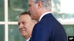 El secretario de Estado Mike Pompeo (atrás a la izquierda), y el asesor de seguridad nacional Robert O'Brien en la Casa Blanca, el 25 de noviembre de 2019. Foto AP.