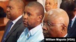 Ndambi Guebuza (meio), com o pai Armando Guebuza (dir), está há mais de quatro meses em prisão preventiva