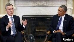 Shugaba Obama (daga hannun dama) da Babban Sakataren NATO Jens Stoltenberg