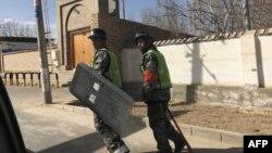 2018年2月17日,警察在中国西部新疆地区和田县的一个村庄巡逻。