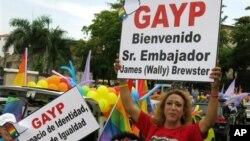 Dominicanos dieron la bienvenida al embajador durante un desfile del orgullo gay en Santo Domingo.