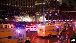 2015年12月20日拉斯维加斯警察和救护车赶到车祸现场救援。
